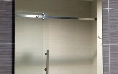 Instalación de espejo con soportes de pared
